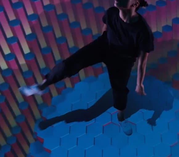 Danseur sur le système augmenta en fond